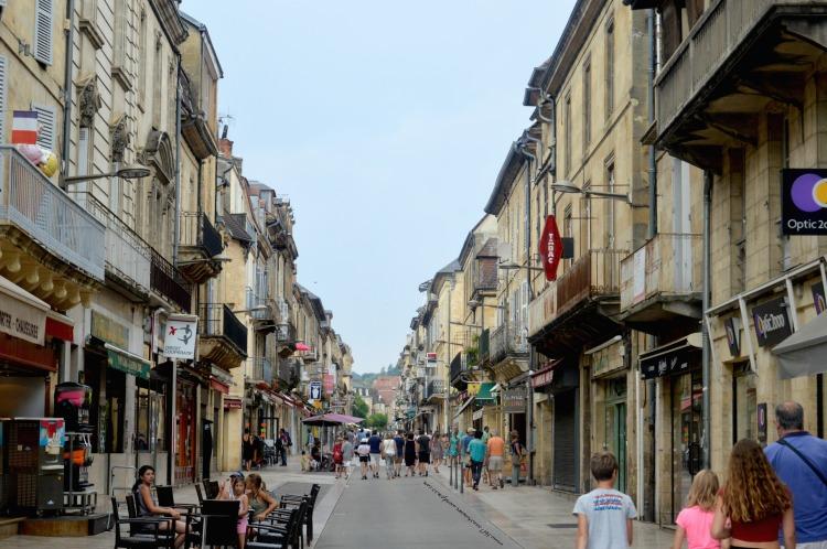 main-road-in-sarlat-la-caneda-france-travel-photography-blog